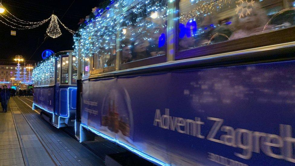 Čuveni plavi zagrebački tramvaji takođe su prigodno okićeni i osvetljeni