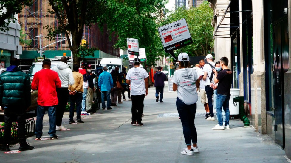 Fila para cobrar el desempleo en Manhattan.