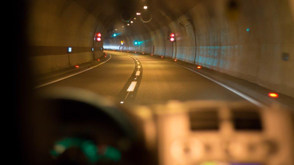 Vehículo avanzando en un túnel