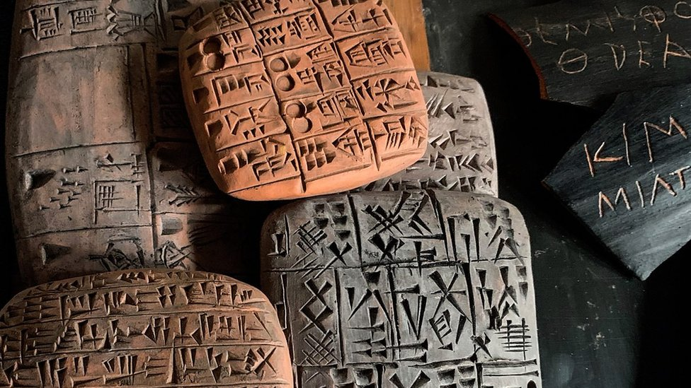 Tabletas con escrituras antiguas
