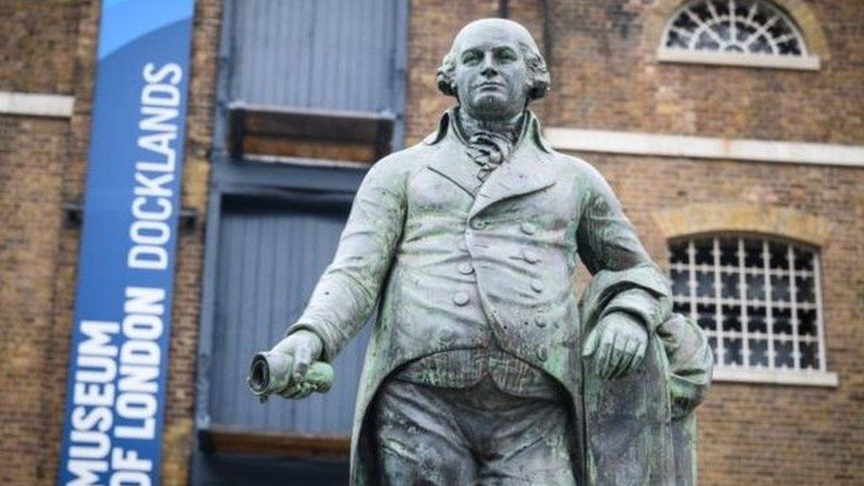 倫敦碼頭博物館前的 Robert Milligan 雕像被推倒前