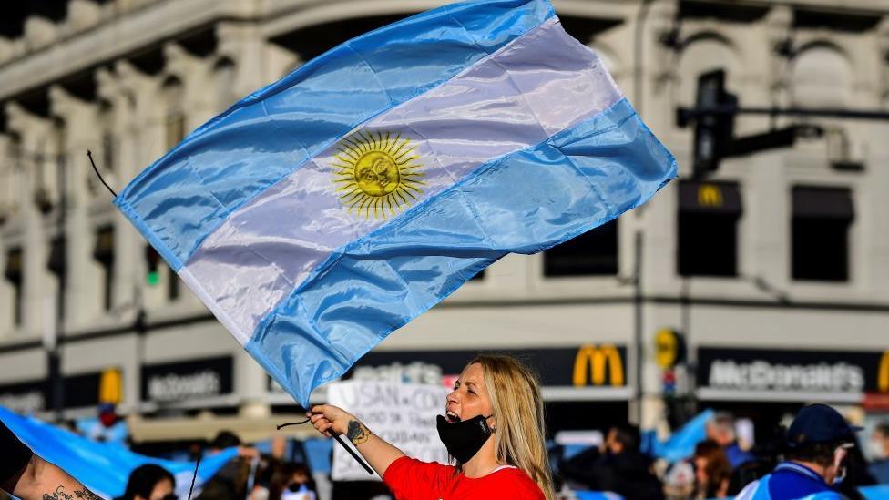 žena nosi zastavu