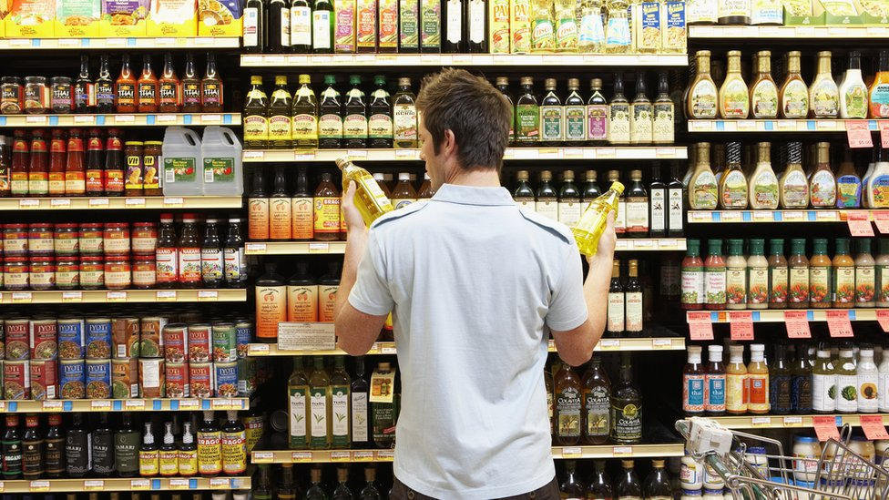Joven en supermercado