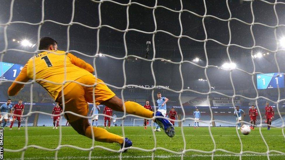 كيفن دي بروين يهدر ضربة جزاء ضد ليفربول