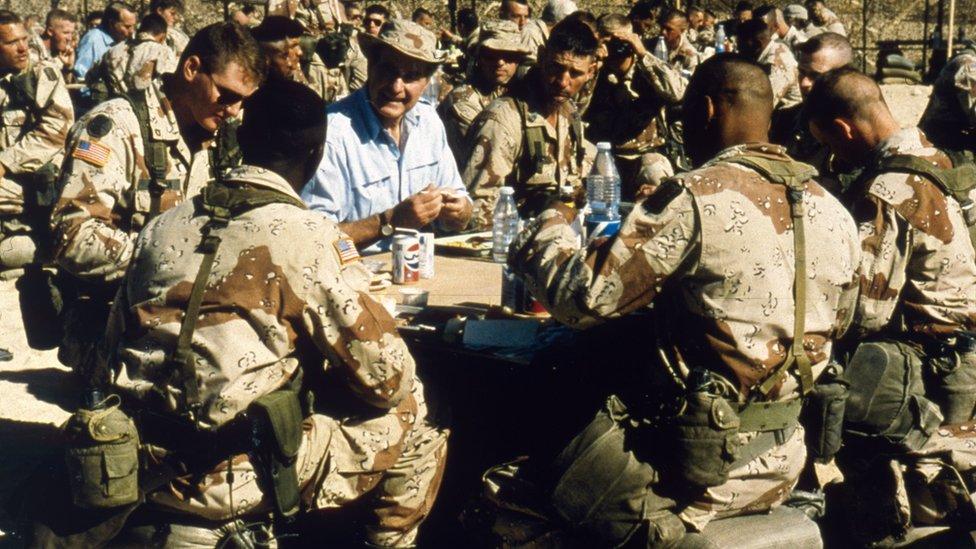 الرئيس الأمريكي جورج بوش الأب عند زيارته للقوات الأمريكية في عملية عاصفة الصحراء
