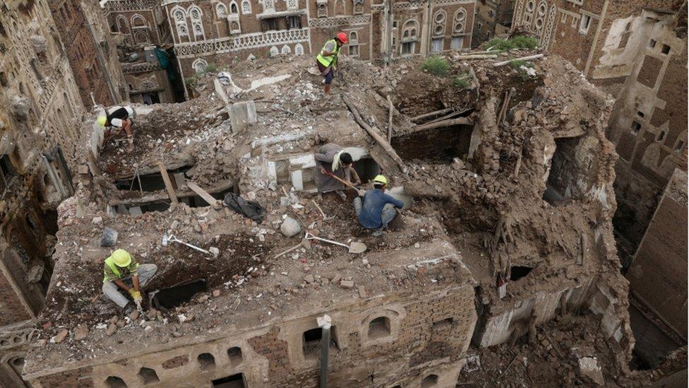 عمال يهدمون مبنى أثريا في المدينة القديمة المسجلة بين تراث العالم.