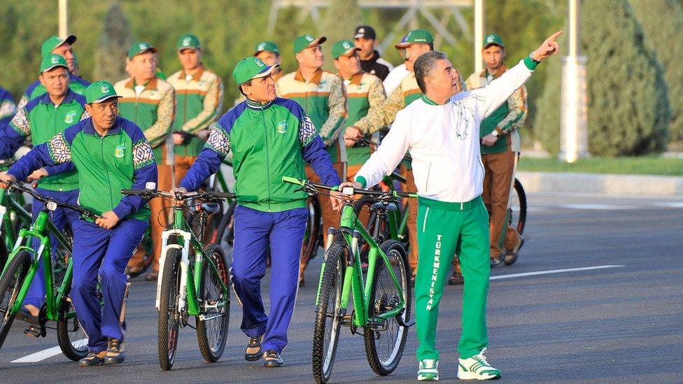 Gurbangulu Berdimuhamedov (sağda) yönetimindeki Türkmenistan'da
