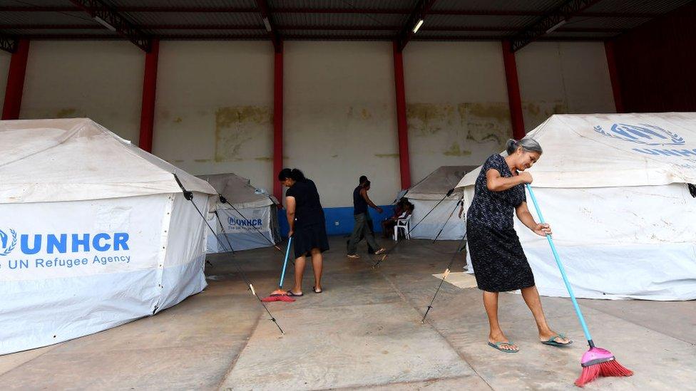 Mujeres en un campamento para refugiados venezolanos en Brasil.