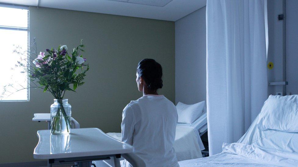 Paciente de espaldas en un hospital.