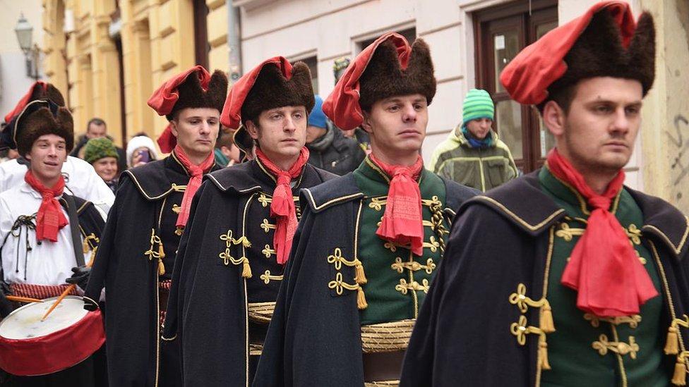 Cambio de guardia del Regimiento de Honor Cravat en la Plaza de San Marcos, Zagreb, Croacia