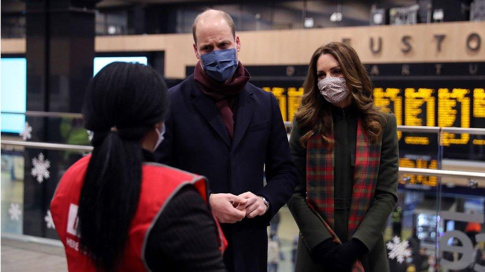 وليام وكيت يتحادثان مع إحدى العاملات في محطة قطار يوستن في ديسمبر/كانون الأول 2020