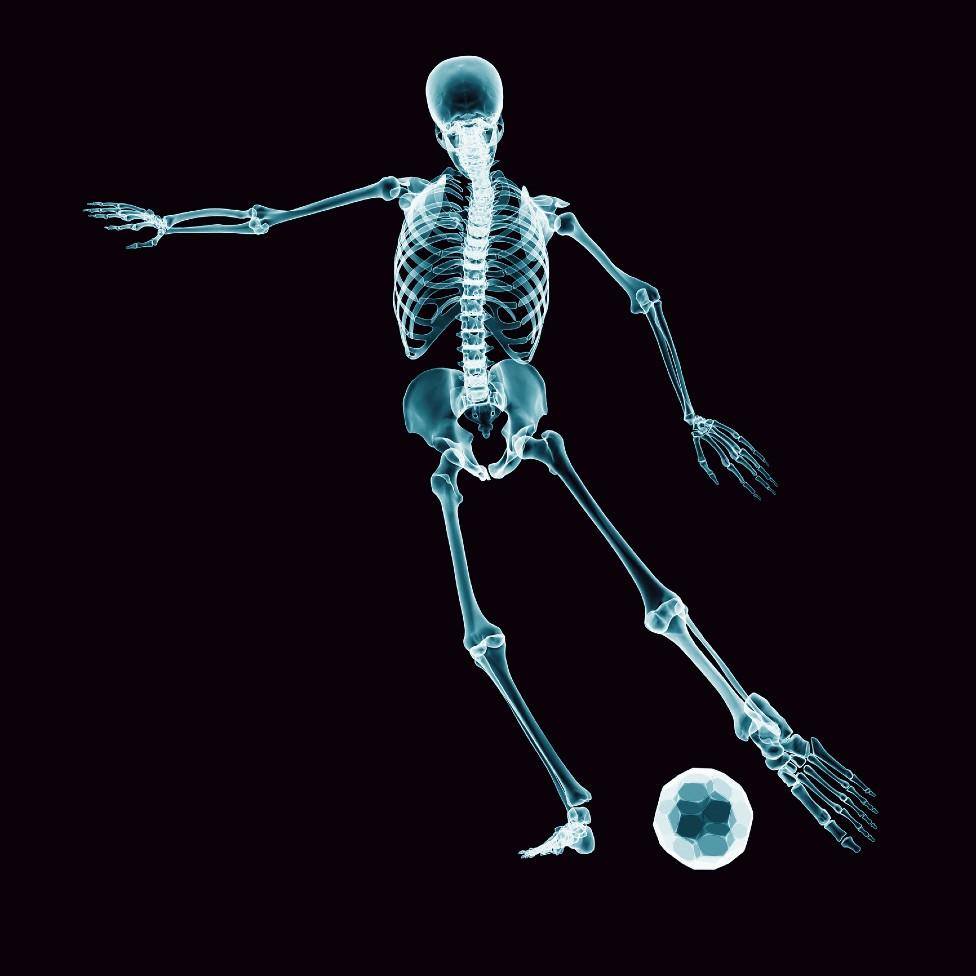 Dibujo de un esqueleto jugando fútbol