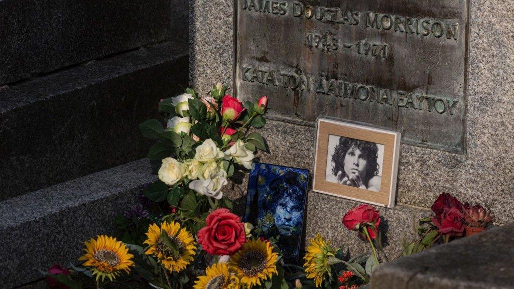 ضريح جيم موريسون في مقبرة بير لاشيز الباريسية في أبريل/ نيسان الماضي