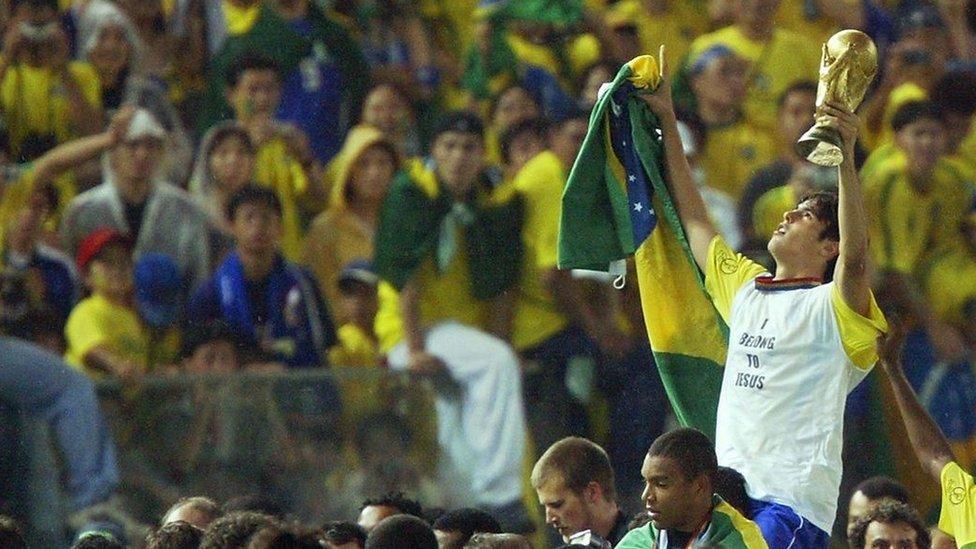 Kaká con la Copa del Mundo en 2002.
