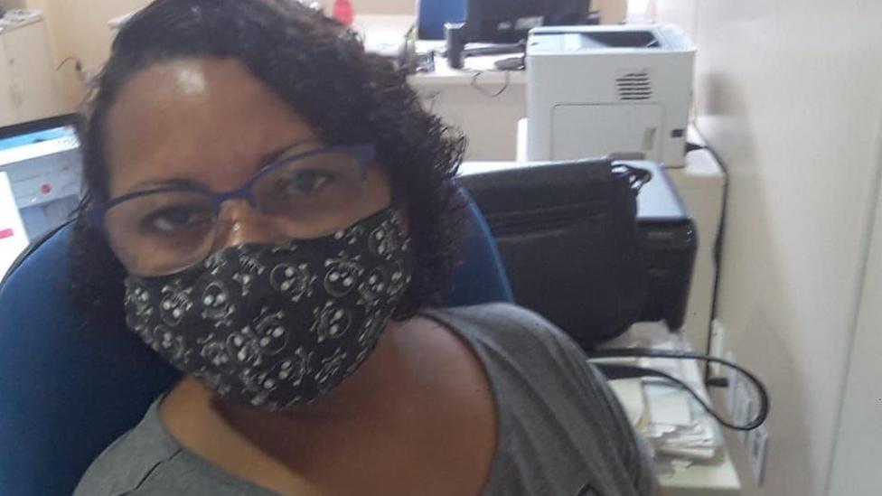 Ana Claudia de máscara olha para a câmera