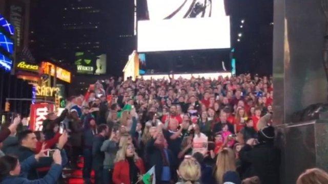 Cannoedd o Gymry yn Times Square