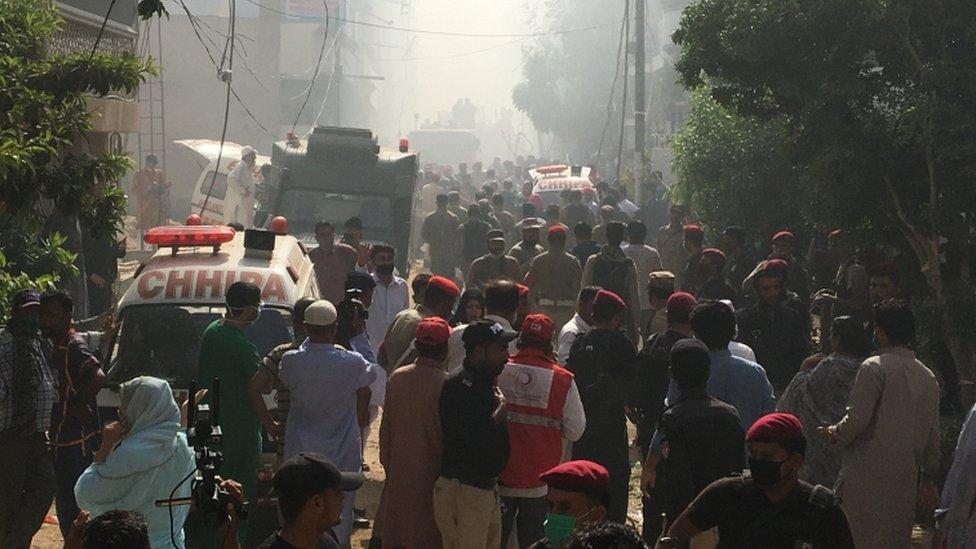 Ambulans dan tentara menuju ke lokasi untuk membantu.