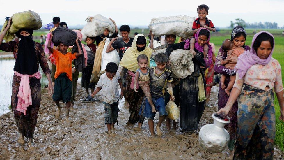 Pengungsi Rohingya berjalan di jalan berlumpur setelah melalui perbatasan Bangladesh-Myanmar., Teknaf, 2 Sept 2017