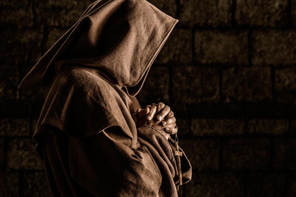 арт фотографии монаха в капюшоне разрешение они