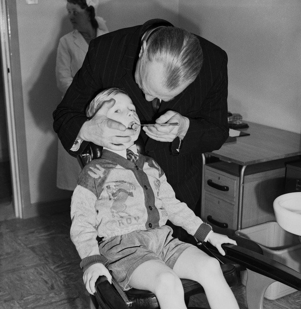 5歲的戴維·赫斯特在倫敦新開的LCC伍德拜裏保健中心輕症診所治牙。