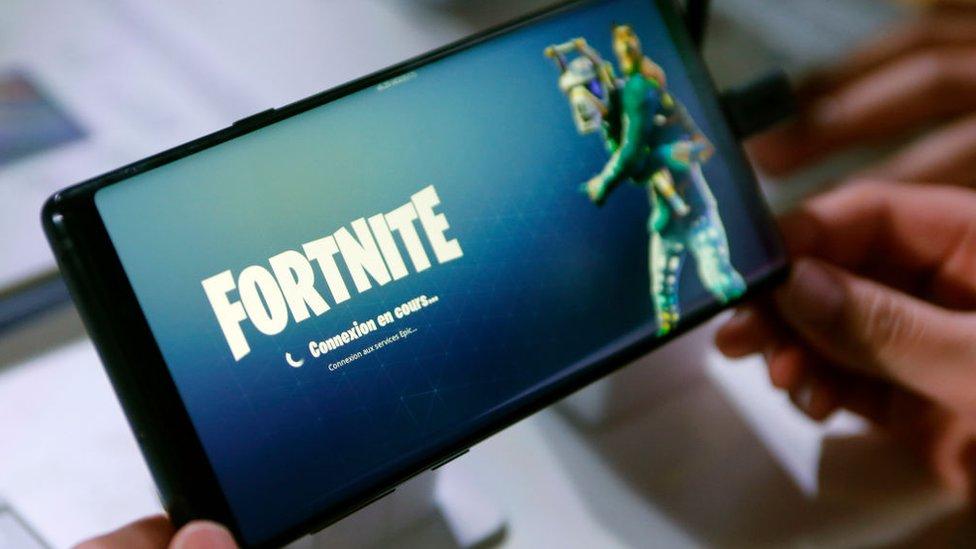 El juego Fortnite en un móvil