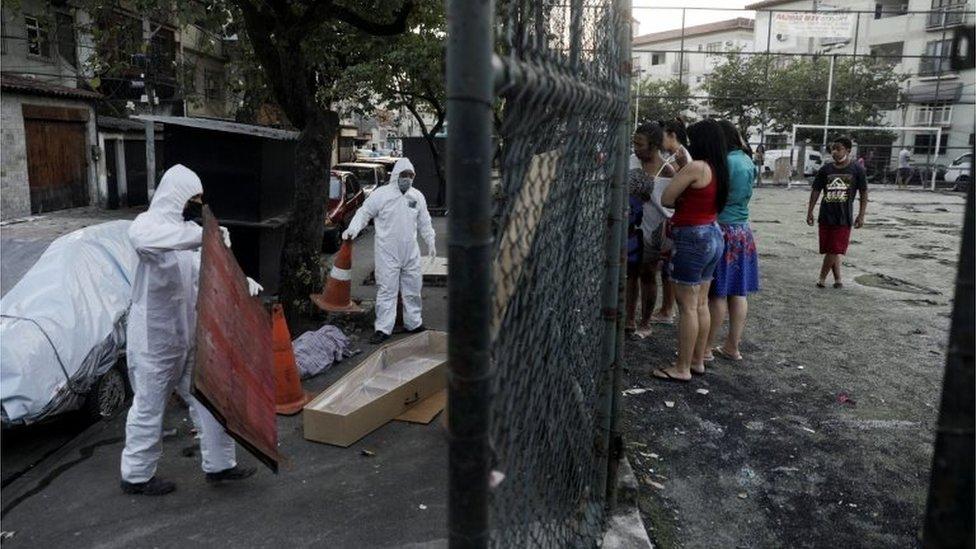 Trabajadores sanitarios recogen un cadáver en Rio