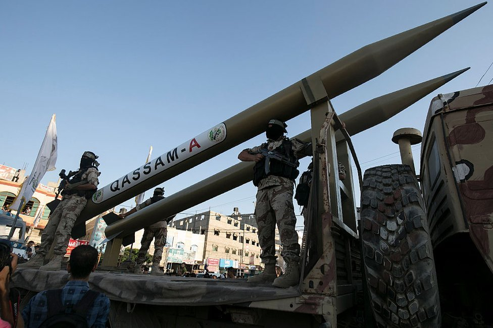 Militantes de Hamás disparan un misil Qassam en Rafah, al sur de Gaza, en 2016.