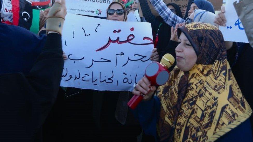 متظاهرون يحتجون على هجوم القائد العسكري خليفة حفتر للاستيلاء على طرابلس ، ليبيا في 19 أبريل/نيسان 2019.