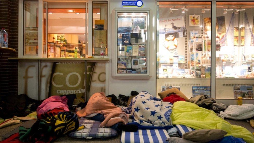 Inmigrantes duermen en una estación de tren en Alemaniaen su ruta para ir a pedir asilo en Dinamarca.015