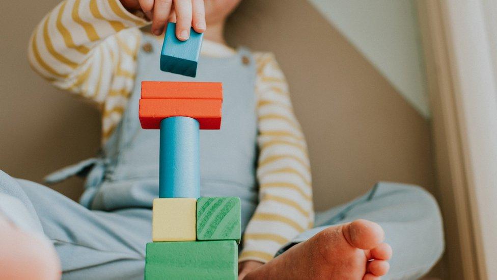 Un niño jugando con bloques