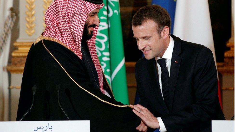 Muhamed bin Salman i Emanuel Makron se rukuju u aprilu u Parizu