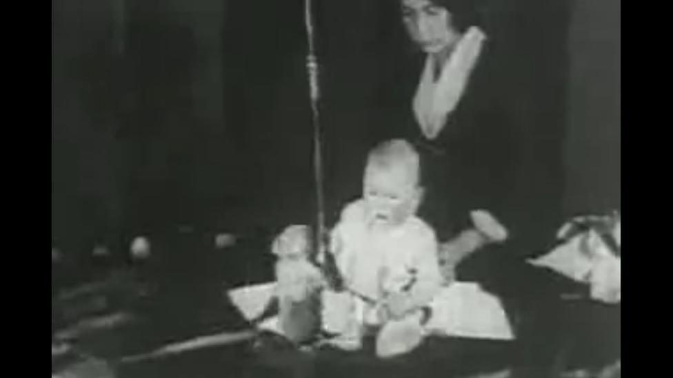 El pequeño Albert frente a un mono durante un experimento en 1920. Imagen extraída de un video de dominio público de acuerdo a wikimedia.