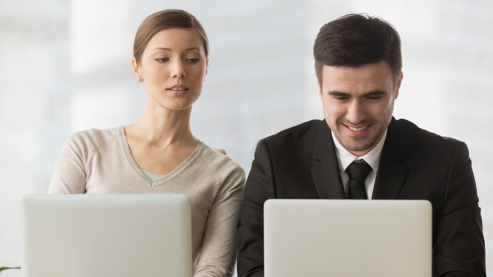 Mujer y hombre joven en la oficina