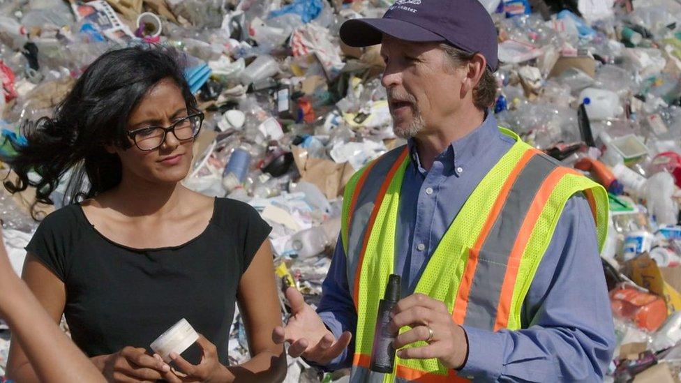Shilpi Chhotray, del grupo Break Free From Plastic, y el experto en ecología Martin Bourque.