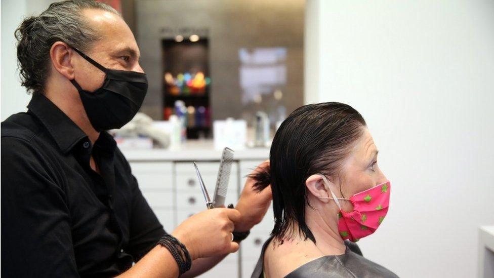 Tanto el peluquero como el cliente ahora deberán usar mascarillas.