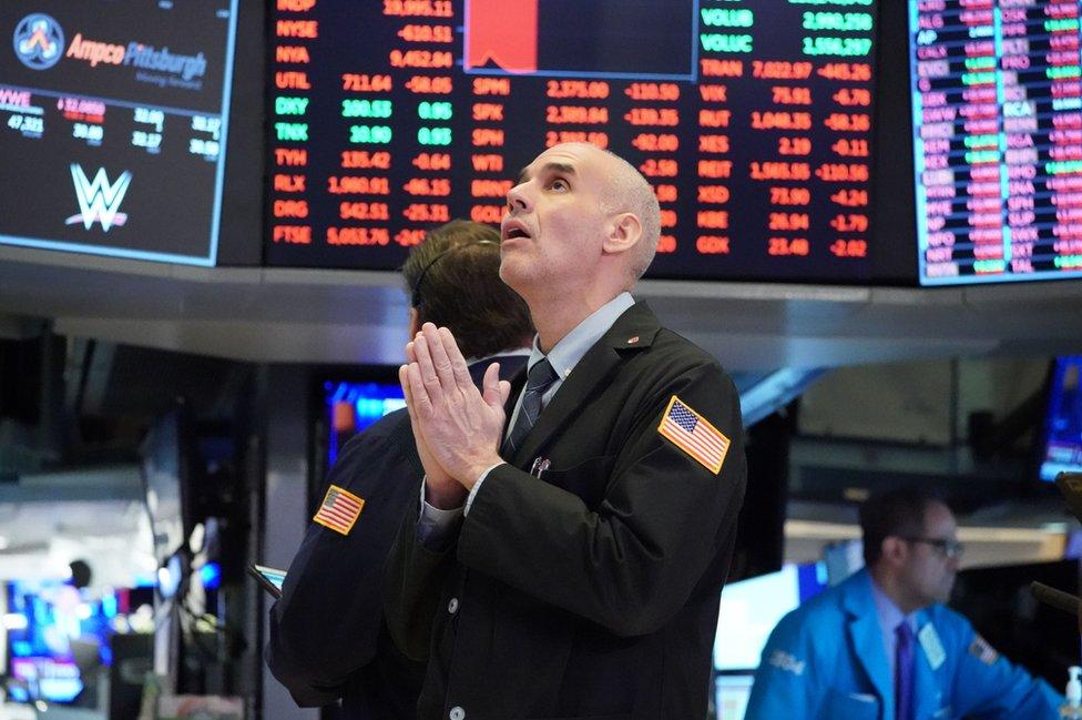 لا تفارق أعين المضاربين الشاشات في بورصة نيويورك للأوراق المالية مع استمرار انخفاض الأسهم حول العالم.