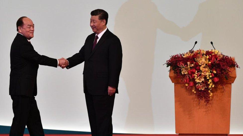 El presidente chino, Xi Jinping, le da la mano a Ho Iat Seng, el recién electo jefe ejecutivo de Macao.