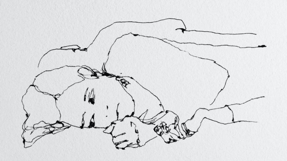 Dibujo de una joven angustiada en la cama. Un hombre duerme a su lado