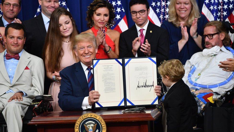 El presidente Donald Trump este miércoles en la Casa Blanca junto a varias personas entre ellas enfermos terminales.