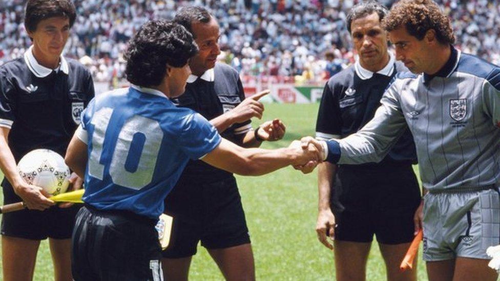 دييغو مارادونا وبيتر شيلتون يتصافحان في كأس العالم 1986