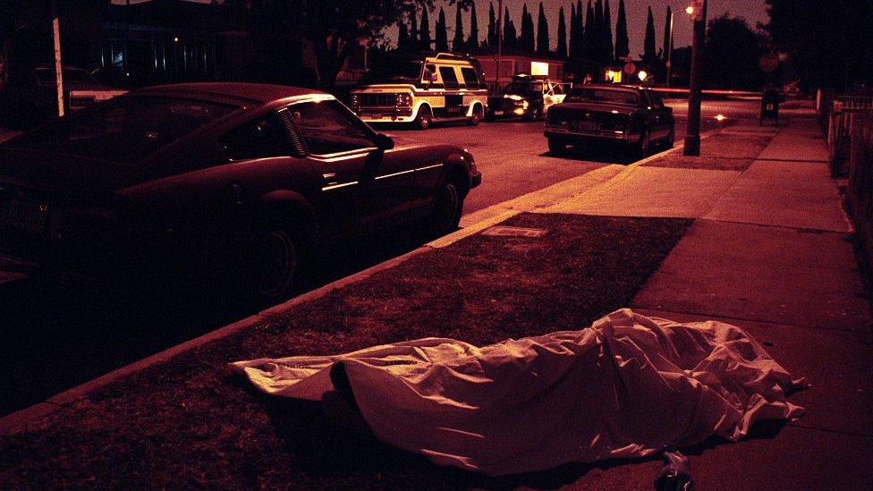 Cuerpo tapado víctima de un tiroteo en el sur de Los Ángeles.