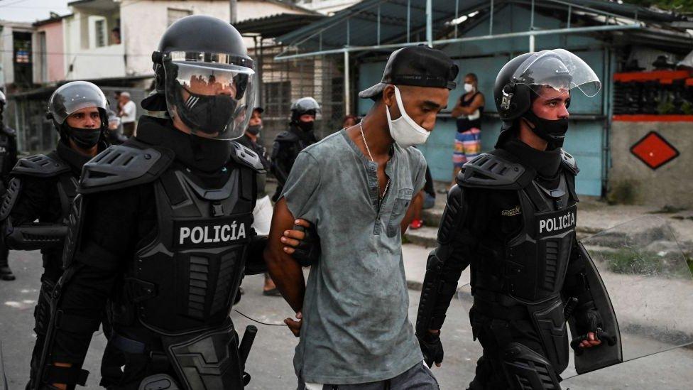 Uhapšeno je stotine ljudi