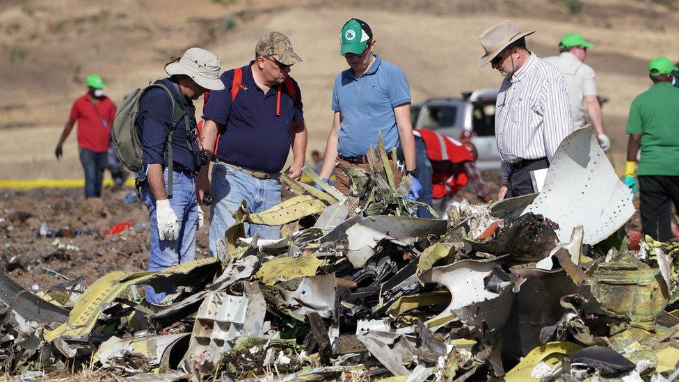 Investigadores estadounidenses en el lugar del accidente de Ethiopian Airlines.