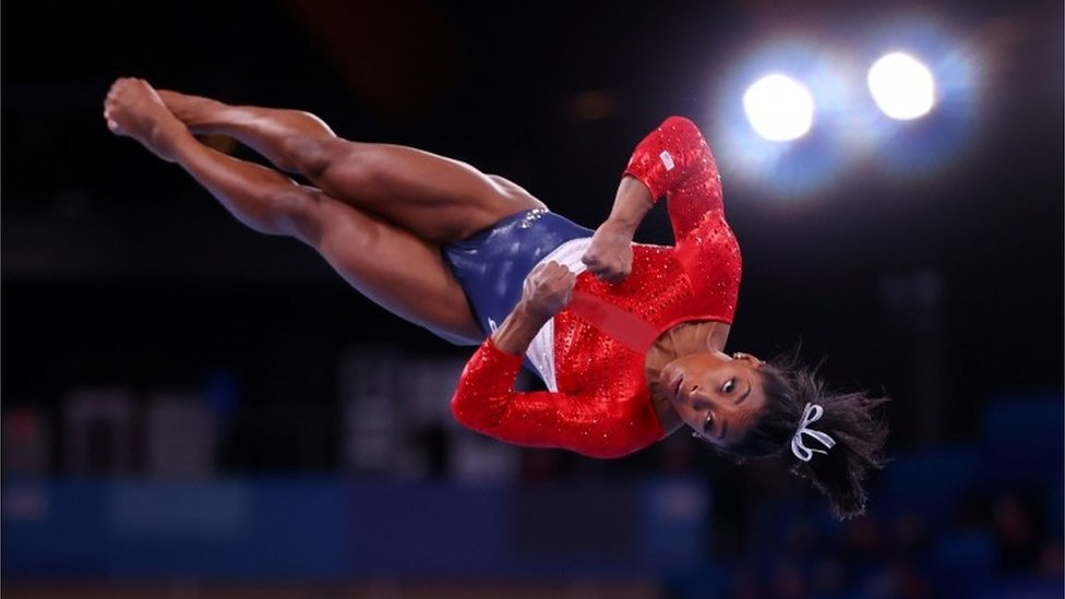 Simone Biles en un salto