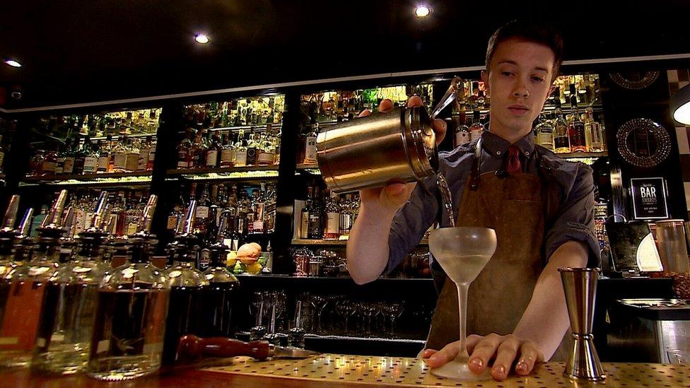 """عاملون في حانة """"بار سويفت"""" في حي سوهو في لندن يجهزون أول خليط مارتيني، من مشروب أتوميك."""