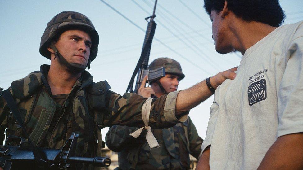 Soldado estadounidense arrestando a un