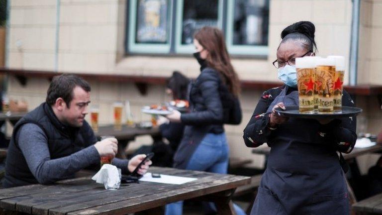 Коронавирус: в Англии открываются пабы, магазины и бассейны, люди ликуют