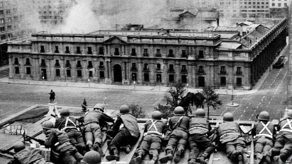 Militares frente a La Moneda