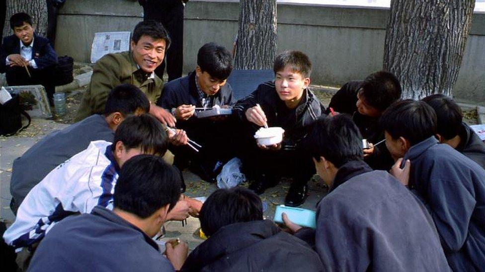 Norcoreanos comiendo por la calle