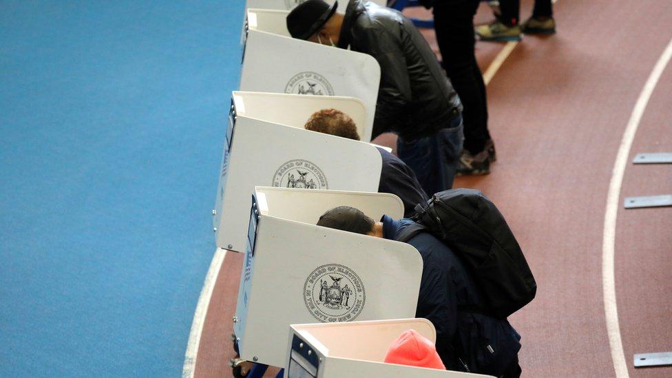 Personas votando en Brooklyn, Nueva York